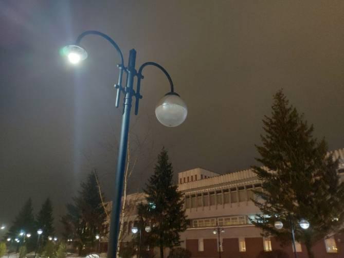 В Брянске на Набережной вандал оторвал фонарный плафон