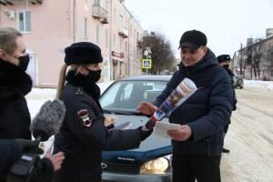 В Клинцах автоинспекторы поздравили водителей с 23 февраля