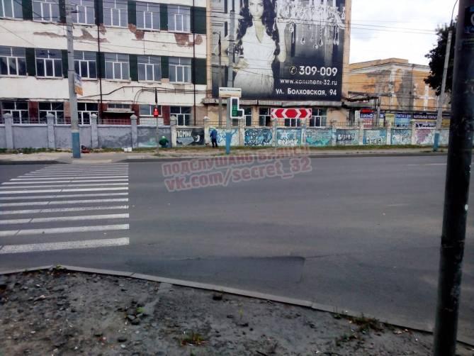 В Брянске закрасили граффити на заборе бывшего хладокомбината