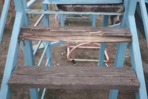 В брянском поселке Белые Берега нашли опасную детскую горку