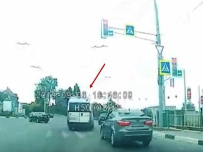 В Брянске водителя маршрутки наказали за лихой маневр на перекрестке