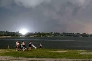 В Брянске сняли на видео удар молнии возле озера Орлик