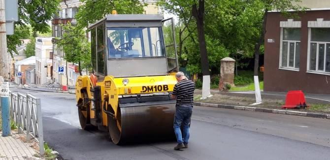 В Брянске на улице Фокина заметили беспилотный асфальтовый каток
