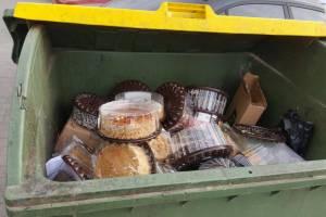 В Брянске торговцы подбрасывают просрочку в контейнеры для ТКО