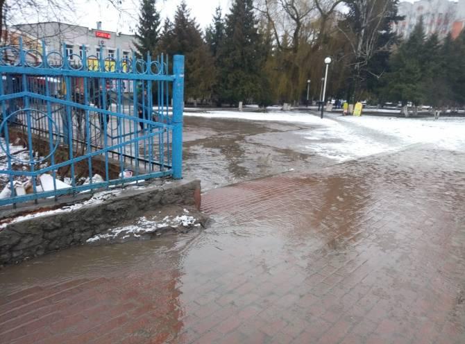 В Брянске произошла коммунальная авария возле Центрального рынка