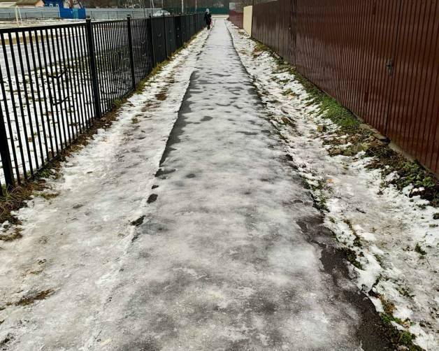 В Стародубе тротуар возле школы №3 превратился в каток