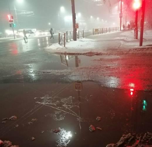 В Брянске затопило пешеходный переход на улице Авиационной