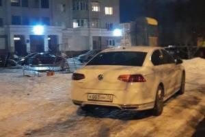 В Брянске на улице Костычева водитель нагло припарковался на детской площадке
