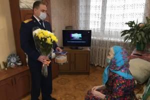 В Клинцах следователи поздравили ветерана Анну Морозову с 8 марта