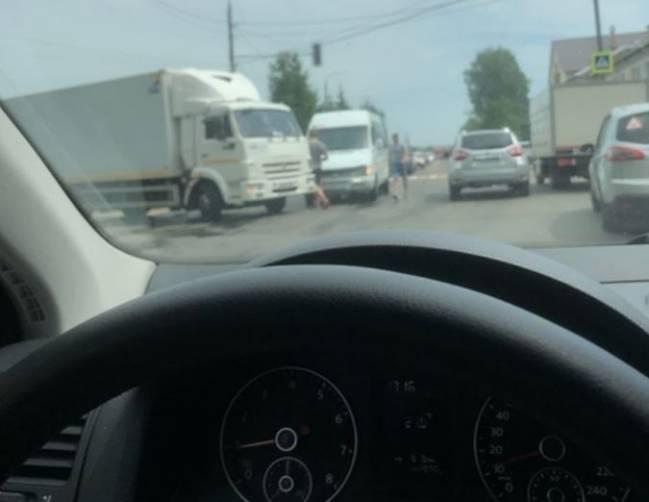 В Брянске на улице Щукина столкнулись микроавтобус и грузовик