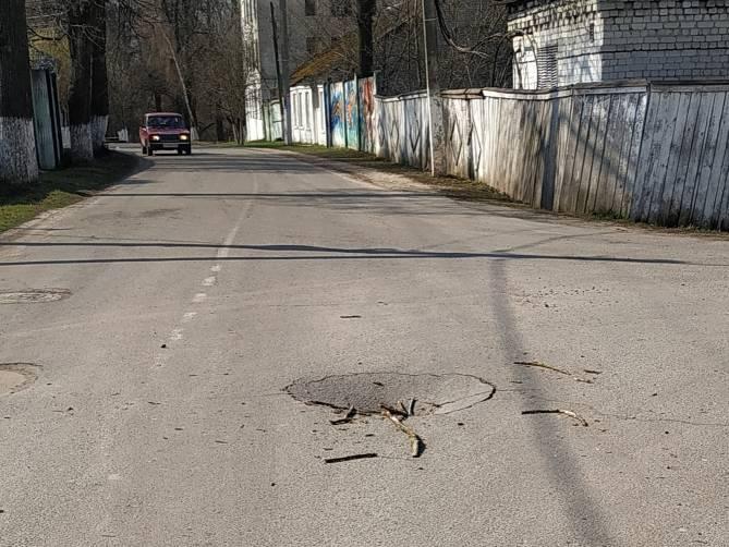 В брянском поселке Локоть провалился асфальт на проезжей части