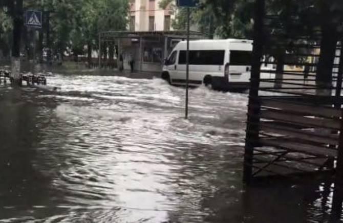 В Брянске улица Куйбышева ушла под воду после дождя