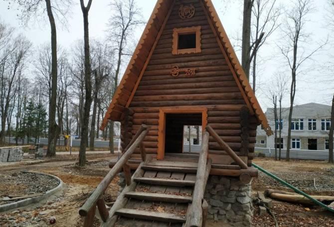 В Новозыбкове начали восстанавливать сказочную избушку