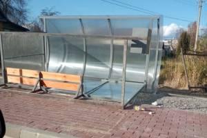 В Карачеве ураганный ветер повалил остановку