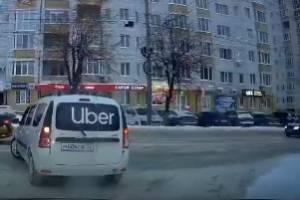 В Брянске хитрый маневр такси Uber попал на видео