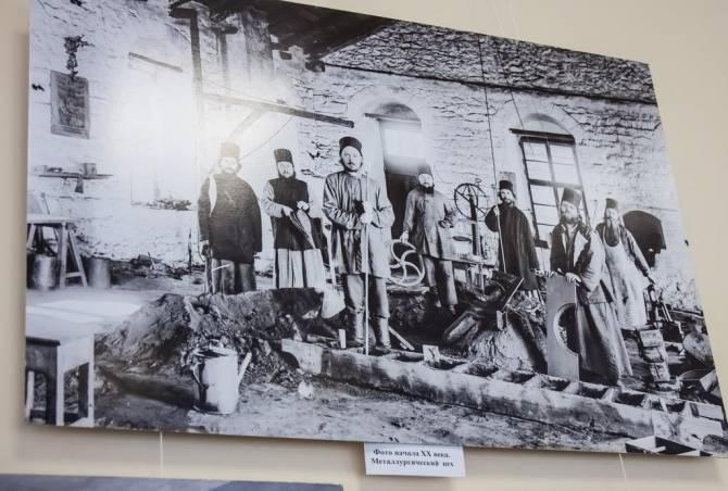 В Дятьковском музее хрусталя открылась выставка Костаса Асимиса «Наш Афон»