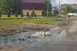 В Клинцах на улице Дзержинского забил фонтан из канализации