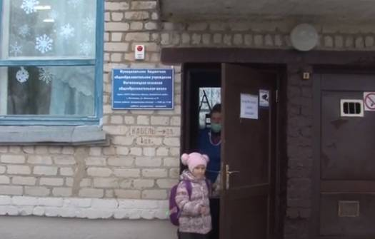 В брянском селе техничку заставили выливать мочу за школьниками