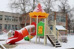 В 12 детсадах Брянска появились новые игровые площадки