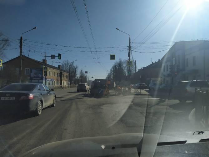 На проспекте Станке Димитрова в Брянске дорожники устроили большую пробку