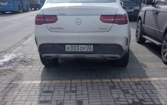 В Брянске наглый водитель оставил Mercedes на «зебре» у правительства