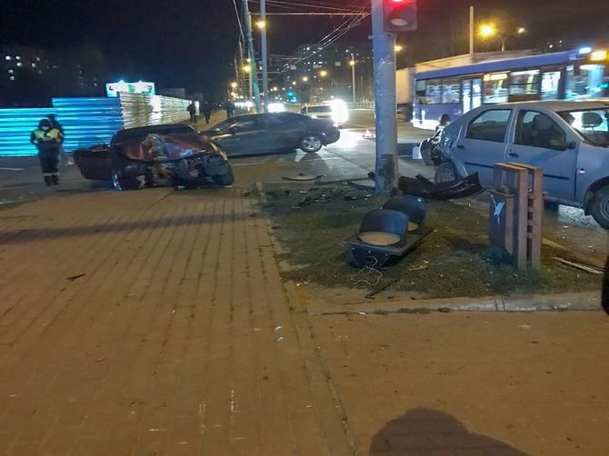 В Брянске в ДТП уничтожен светофор на Станке Димитрова