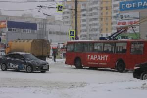 В Брянске вытащили застрявший на скользкой дороге троллейбус