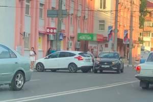 В Брянске у площади Партизан столкнулись две легковушки