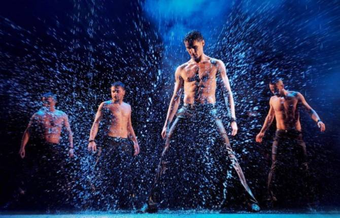 На зрелищное шоу «Под дождем» пригласили брянцев