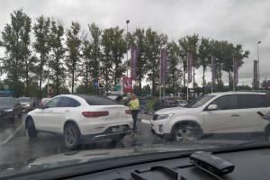 В Брянске на парковке ТРЦ «Аэропарк» люксовый Mercedes попал в ДТП