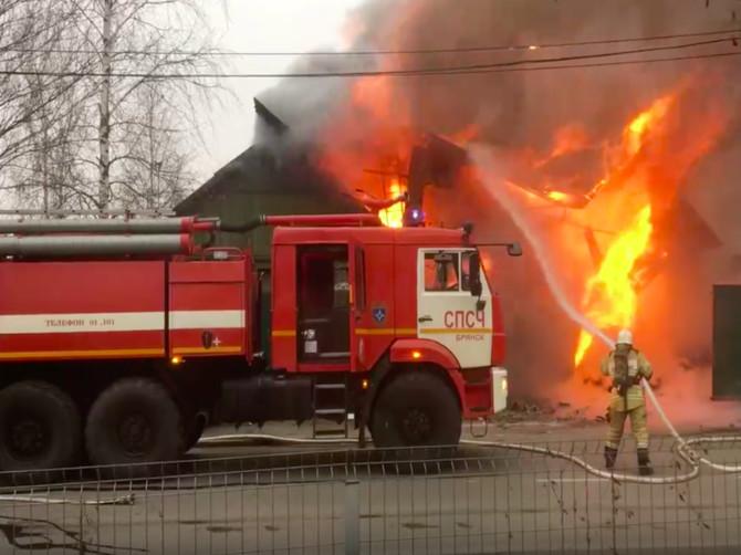 В Брянске сняли на видео горящий дом на улице 2-я Мичурина