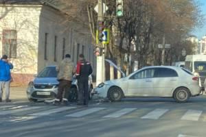 В Брянске на Красноармейской разбились две легковушки