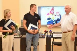 Брянский лыжник Большунов и его жена получили дипломы о высшем образовании