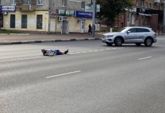 В Брянске сфотографировали лежащего на проспекте Ленина человека