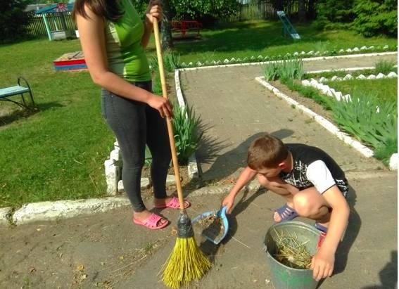 В Жуковке социальные работники вышли на субботник