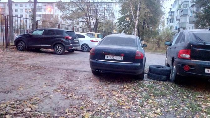 В Брянске жителей улицы Новозыбковской измучили автохамы