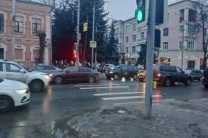 Возле «Сити холла» в Брянске снова включили светофор