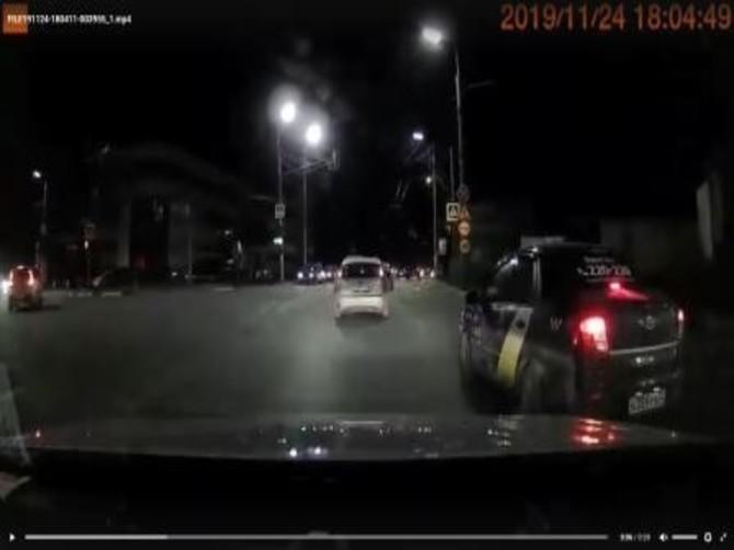 В Брянске сдали полицейским таксиста-нарушителя