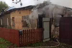 В брянском поселке Ивот сгорела крыша жилого дома