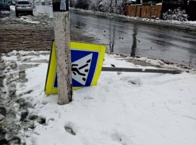 В Брянске рухнул знак пешеходного перехода