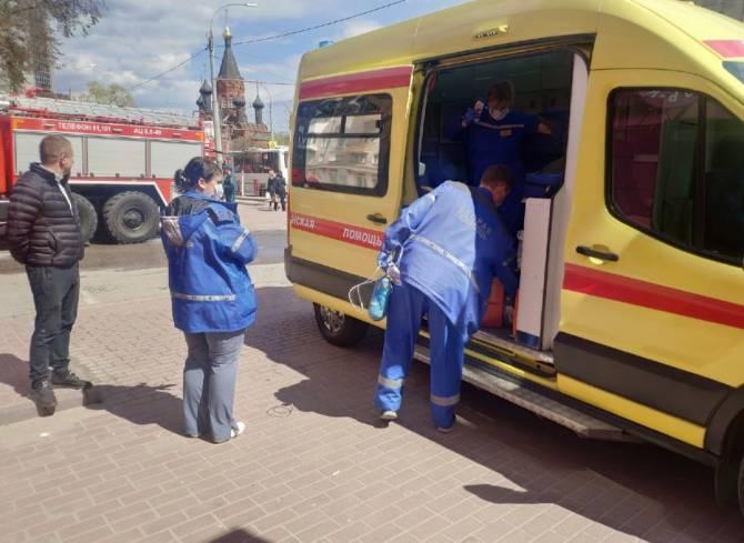 Пожарному потребовалась помощь медиков на тушении огня в центре Брянска