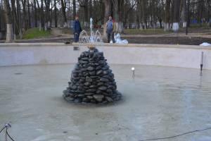 В поселке Локоть подготовили к открытию фонтаны