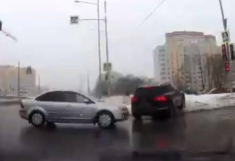 В Брянске лихач на Ford едва не устроил ДТП на перекрестке