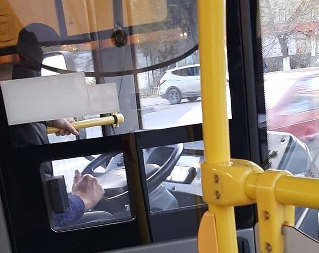В Брянске водителя автобуса поймали на просмотре кино во время рейса