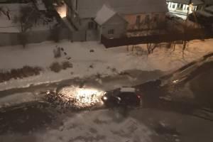В Брянске в легендарную лужу на Медведева за вечер угодил третий автомобиль