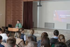 Росгвардеец провёл урок мужества для брянских школьников