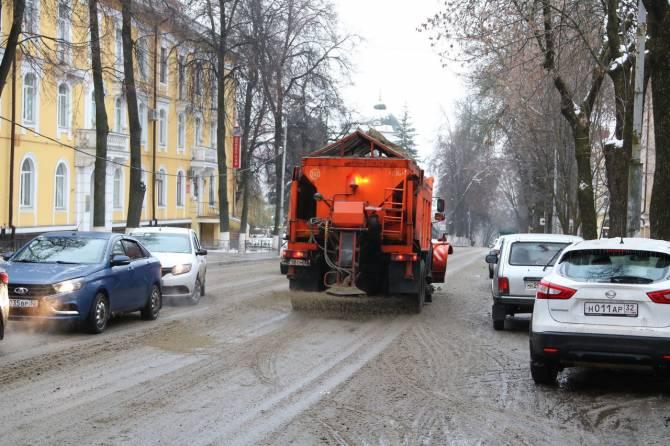В Брянске дорожники продолжают борьбу с ледяным дождем и гололедом
