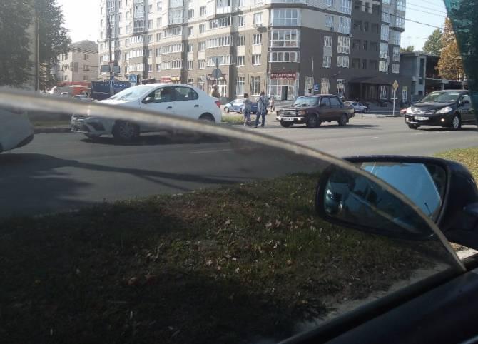 В Брянске на проспекте Московском столкнулись 2 легковушки