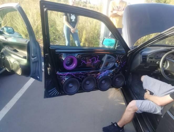 В Дятьково ТРЦ «Кристалл» содрогнулся от звуков автомобильной акустики