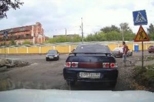 В Брянске лихач на легковушке едва не сбил пешеходов на «зебре»
